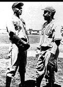 Satchel Paige (a la izquierda) junto a Jackie Robinson