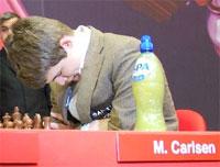 Magnus Carlsen, ¡qué manera de concentrarse!
