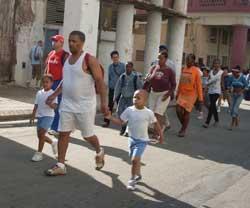 Un padre con sus dos hijos, ¿futuros atletas?