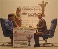 Tres campeones reunidos alrededor de un tablero: Anand, Karpov y Topalov