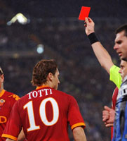 Totti recibe la roja directa después de golpear a Balotelli