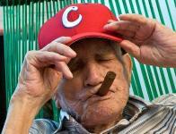 Conrado Marrero...100 años y no podía faltarle el tabaco