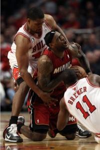 LeBron James sufrió, pero al final el rey logró que los Bulls se inclinaran ante él