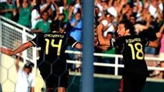 Chicharito y Guardado celebran el gol del empate en la final de la Copa Oro 2011